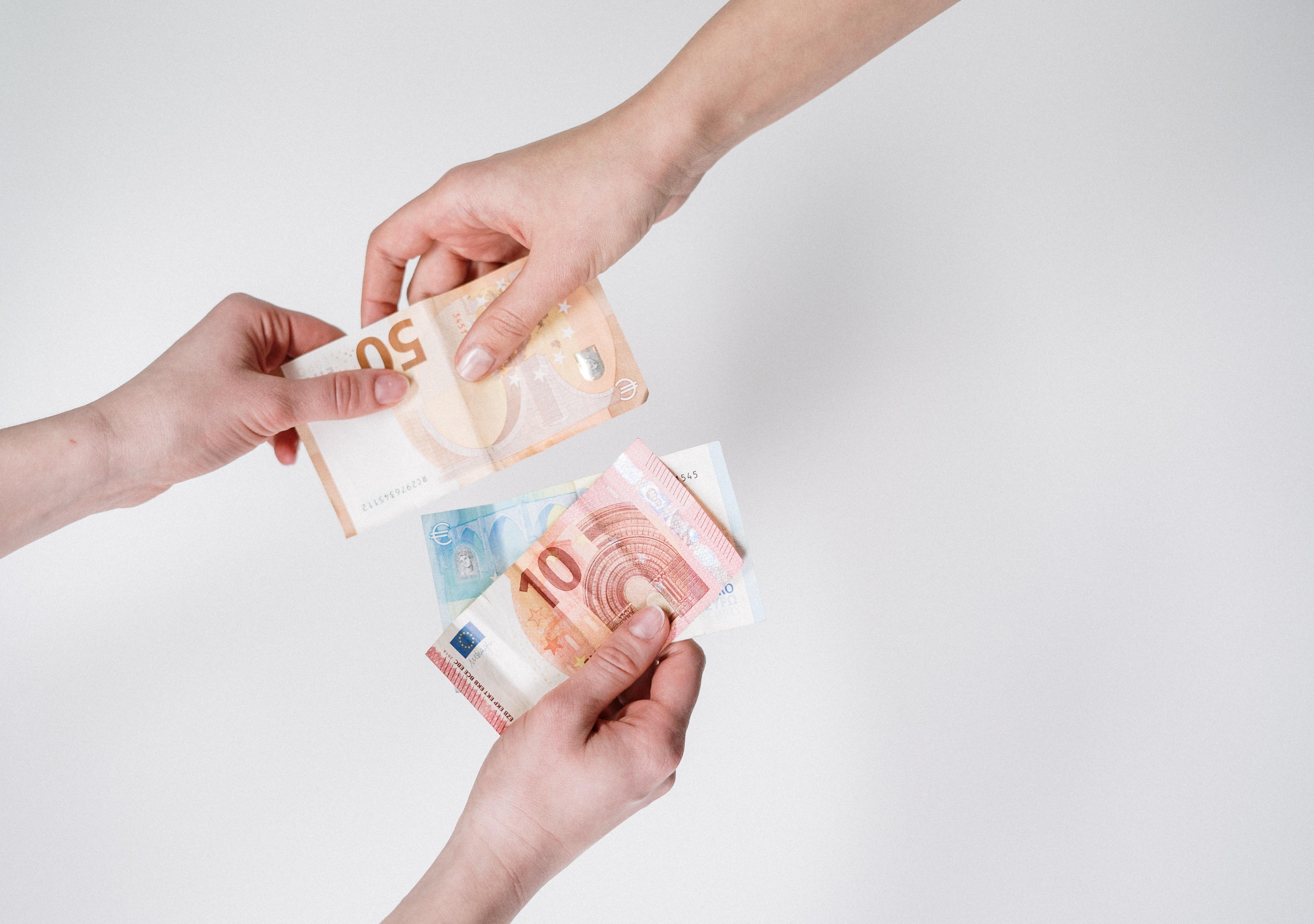 אני שם את הכסף בבנק וצריך גם לשלם לו?